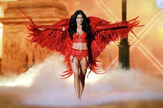 Модель Адриана Лима во время показа нижнего белья отVictoria's Secret