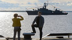 Люди фотографируются напротив МПК-130 Нарьян-Мар на праздновании 75-летия со дня прихода в Архангельск первого союзного конвоя Дервиш
