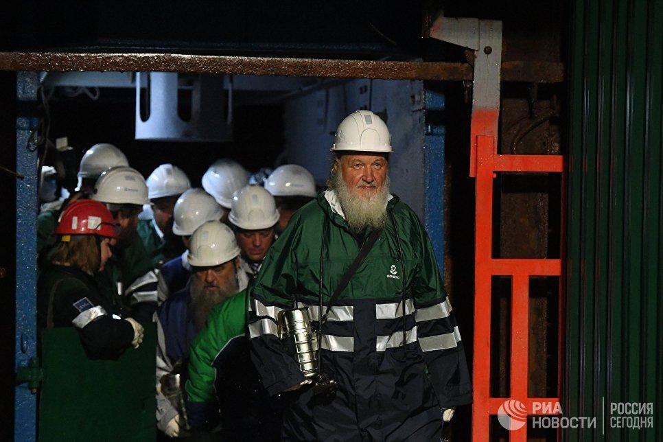 Патриарх Московский и Всея Руси Кирилл во время посещения Кировского рудника, проходящего в рамках его визита в Мурманскую область