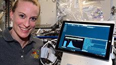 Астронавт НАСА Кэйт Рубин проводит эксперимент по расшифровке ДНК в космосе