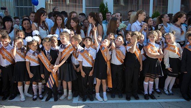 Ученики гимназии во время праздничной линейки, посвященной Дню знаний. Архивное фото