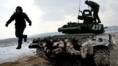 Экипаж танка Т-72 во время выполнения боевого упражнения на соревнованиях по танковому биатлону на Сергеевском полигоне Восточного военного округа в Приморском крае