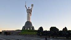Монумент Родина-мать на территории мемориального комплекса Национальный музей истории Украины во Второй мировой войне в Киеве
