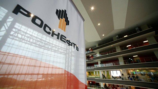 Баннер с символикой компании Роснефть. Архивное фото