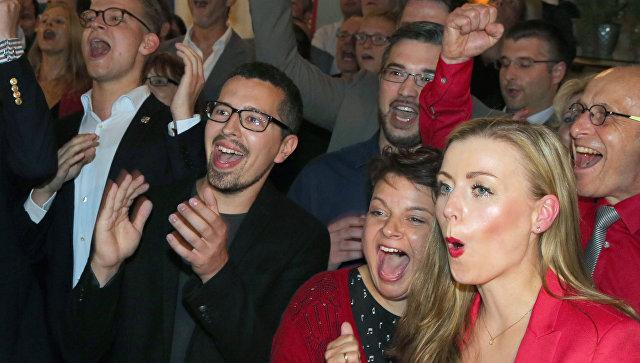 Сторонники Социал-демократической партии Германии следят за первыми данными exit poll по выборам в федеральной земле Мекленбург-Передняя Померания