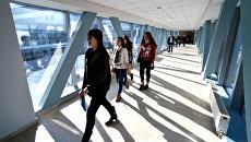Абитуриенты на дне открытых дверей Дальневосточного федерального университета. Архивное фото