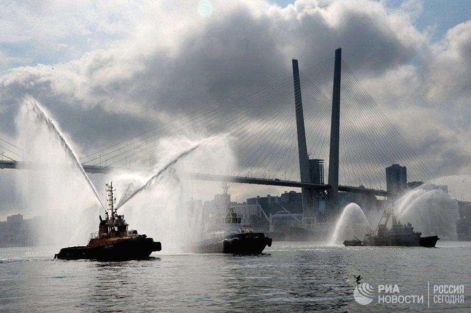 Тушение условного пожара на судне, освобожденном морским спецназом от террористов, на церемонии открытия Международного военно-технического форума АРМИЯ-2016 во Владивостоке