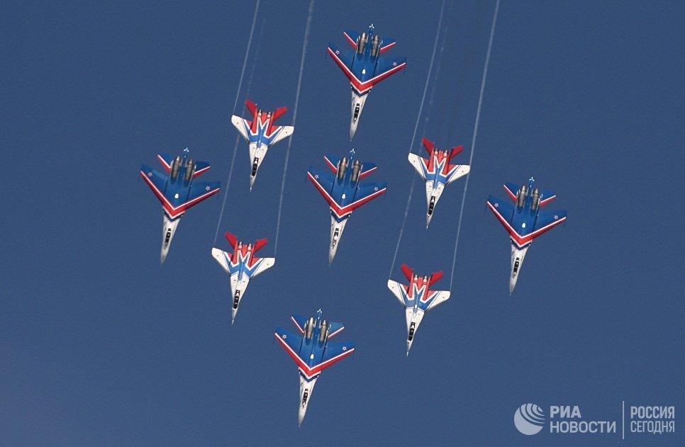Многоцелевые истребители Су-27 пилотажной группы Русские Витязи и МиГ-29 пилотажной группы Стрижи принимают участие в авиационном шоу на аэродроме в Кубинке на Международном военно-техническом форуме АРМИЯ-2016