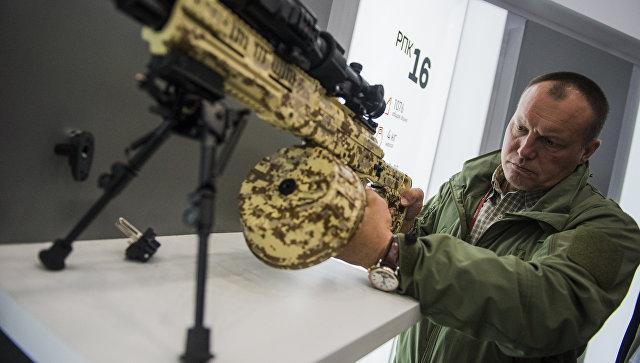 Посетитель осматривает пулемет РПК-16 концерна Калашников на международном военно-техническом форуме Армия-2016