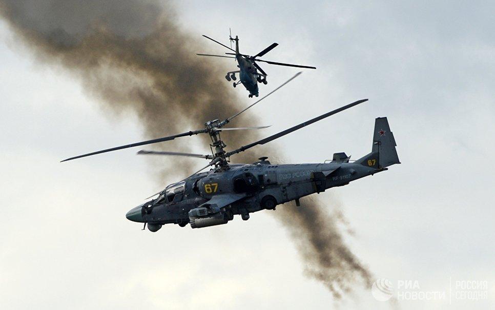 Вертолеты огневой поддержки Ка-52 Аллигатор во время показных учений в Кубинке на Международном военно-техническом форуме АРМИЯ-2016