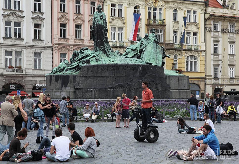 У памятника Яну Гусу на Староместской площади в Праге