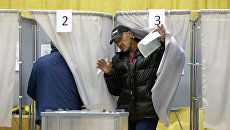 Избиратель на избирательном участке в день выборов мэра Томска