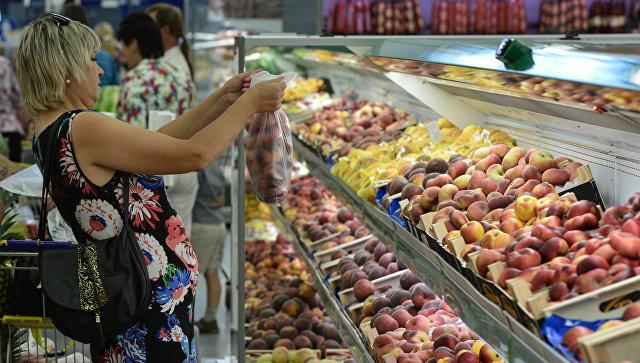 Покупательница у прилавка с фруктами в гипермаркете. Архивное фото