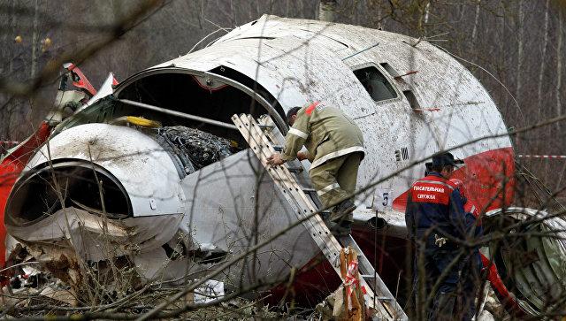 Сотрудник МЧС на месте крушения самолета президента Польши Качиньского. Архивное фото