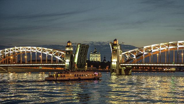 Разводка моста Петра Великого в Санкт-Петербурге