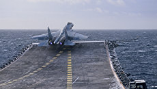 Вылет сверхзвукового истребителя Су-27К с палубы тяжелого авианесущего крейсера Адмирал Кузнецов