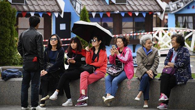 Туристы на Манежной площади в Москве. Архивное фото