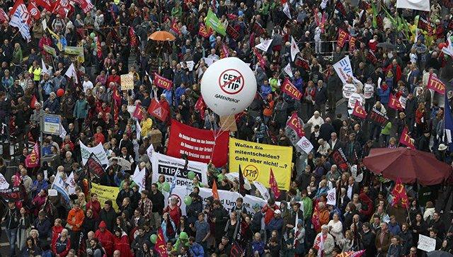 Протестующие в Европе во время марша против TTIP