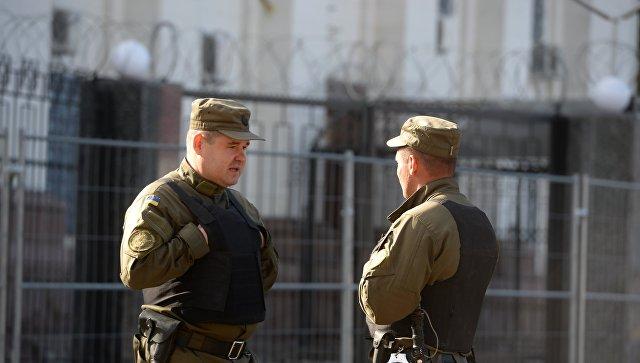 Сотрудники службы безопасности у посольства Российской Федерации в Киеве