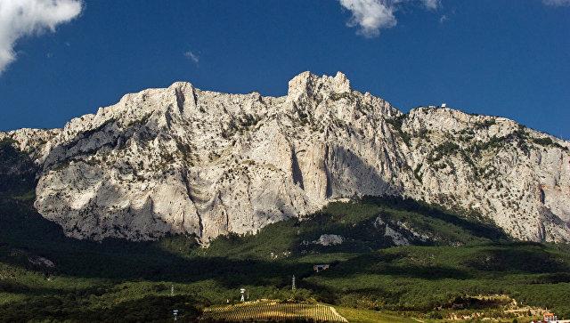 Вид на гору Ай-Петри в Крыму со стороны Черного моря. Архивное фото