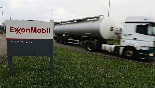 Автоцистерна выезжает с нефтеперерабатывающего завода компании ExxonMobil во Франции