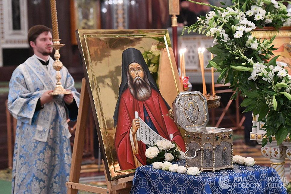 Ковчег с мощами святого Силуана Афонского в храме Христа Спасителя в Москве