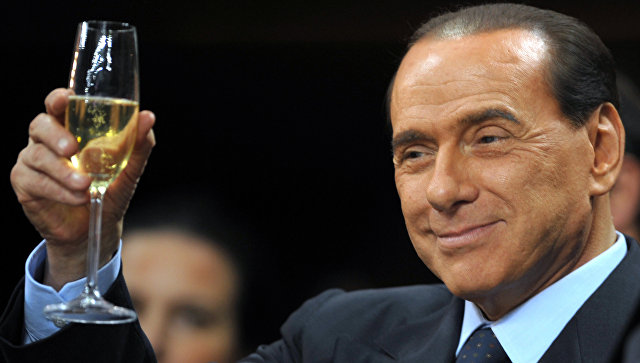 Премьер-министр Италии Сильвио Берлускони перед началом футбольного матча на стадионе в Милане
