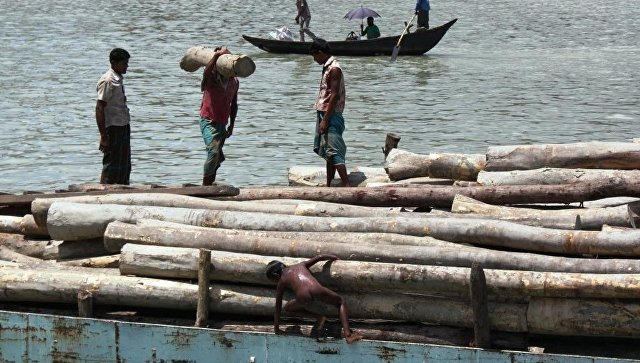 Обрушение крутого берега перевернуло пассажирский паром вБангладеш