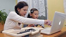 Дети за компьютером. Архивное фото