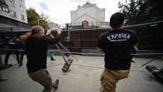 Активисты националистических организаций во время устроенных ими беспорядков у посольства России в Киеве