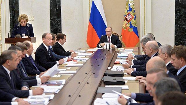 Президент РФ Владимир Путин и председатель правительства РФ Дмитрий Медведев на совещании с постоянными членами Совета безопасности РФ в Кремле. 22 сентября 2016