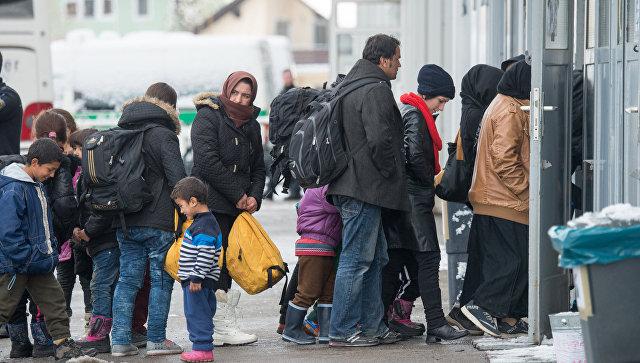 Беженцы в очереди на регистрацию в Пассау, Германия.Архивное фото