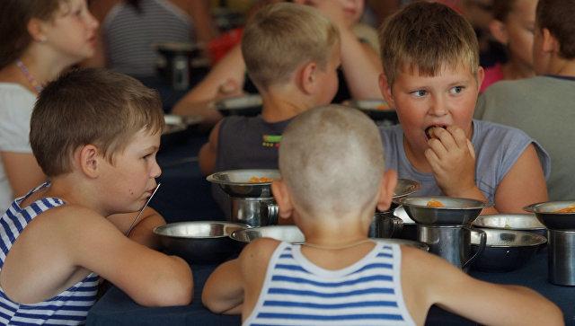 Детский отдых в оздоровительном лагере. Архивное фото