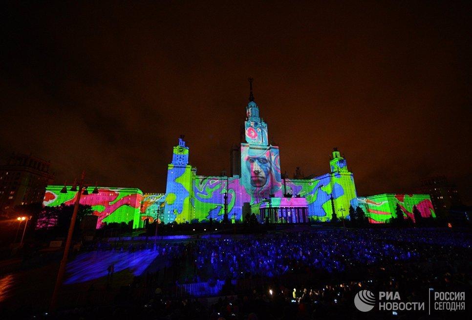 Зрители на церемонии открытия Московского международного фестиваля Круг света
