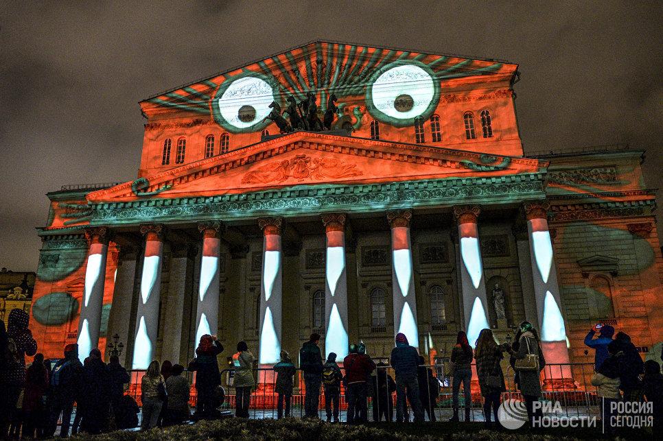Зрители во время церемонии открытия Московского международного фестиваля Круг света у здания Большого театра в Москве