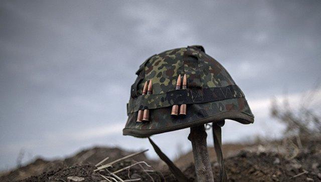 Каска одного из ополченцев Луганской народной республики. Архивное фото