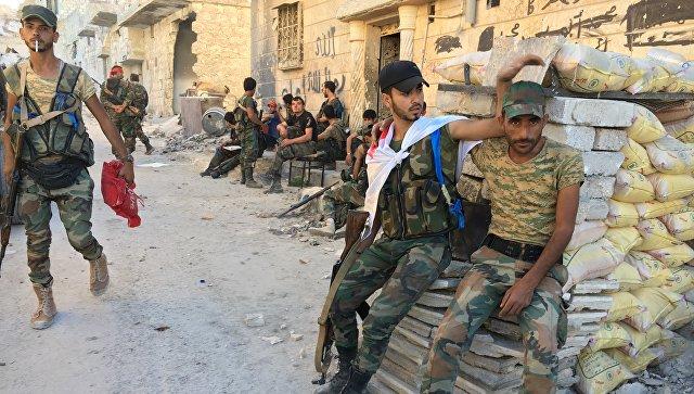 Бойцы бригады ополчения Аль-Кудс в освобожденном от террористов лагере палестинских беженцев Хандарат на северо-востоке Алеппо