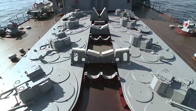 Зенитный ракетный комплекс С-300Ф Форт на гвардейском ракетном крейсере Москва, который прибыл к побережью Латакии для противовоздушной обороны района