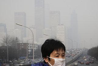 Женщина в маске в Пекине