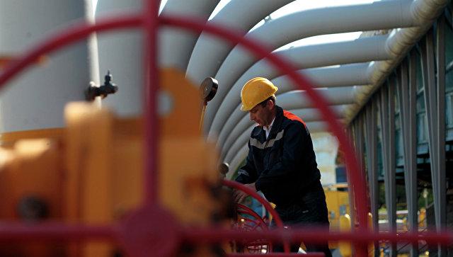 Рабочий на газохранилище возле Львова, Украина. Архивное фото