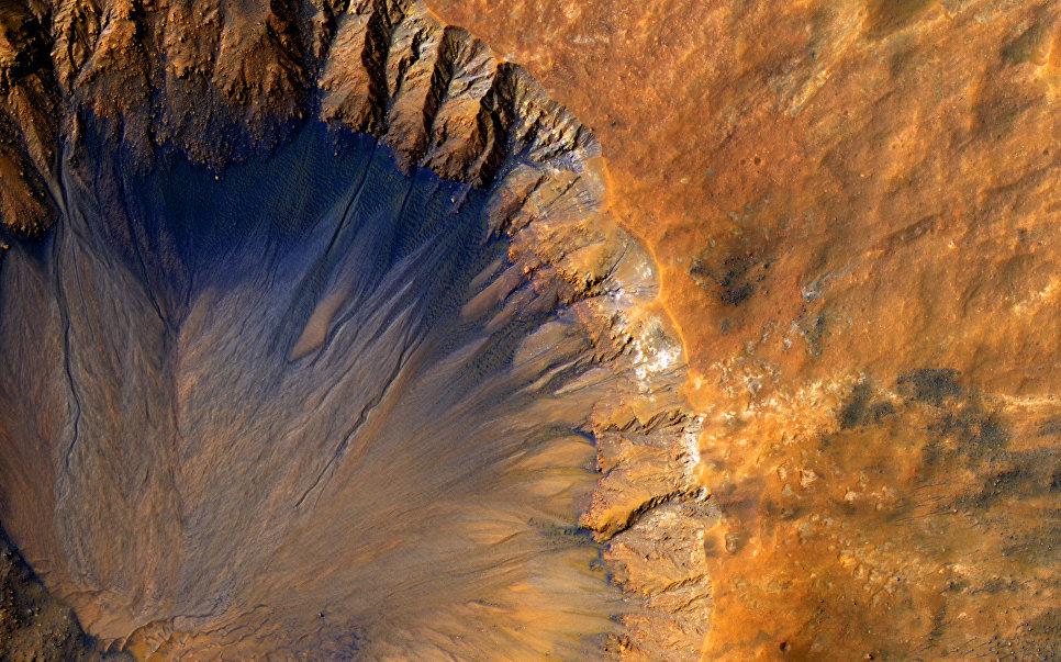 Кратер возле впадины Sirenum на Марсе