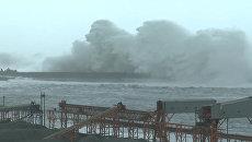 Многометровые волны и затопленные улицы – буйство тайфуна Меги на Тайване