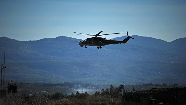 Вертолет Ми-24 Воздушно-космических сил РФ совершает облет территории авиабазы Хмеймим в Сирии