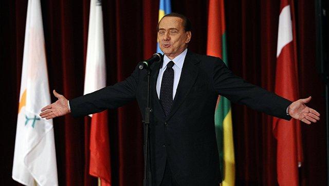 Сильвио Берлускони выступает с речью в полицейской академии в городе Л'Акуила