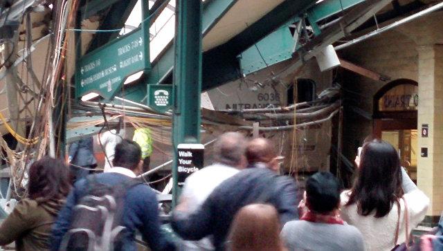 В штате Нью-Джерси пассажирский поезд врезался в платформу (видео)