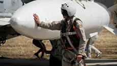 Летчик перед вылетом с аэродрома Хмеймим в Латакии, Сирия. Архивное фото