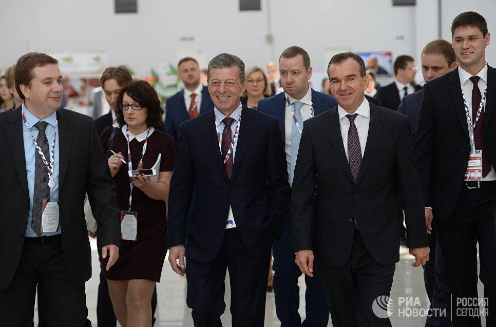 Заместитель председателя правительства РФ Дмитрий Козак (в центре) на международном инвестиционном форуме Сочи 2016