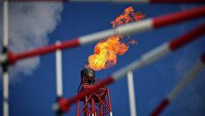Вид на газовый факел морской нефтеперерабатывающей платформы. Архивное фото