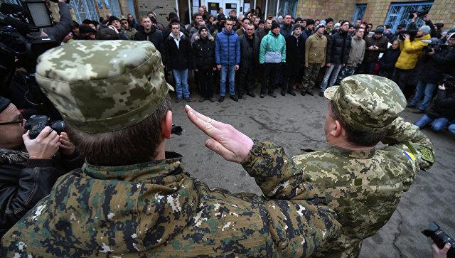 Призывники в украинскую армию на одном из призывных пунктов в Киеве