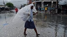 Местные жители во время шторма Мэтью на Гаити . Архивное фото